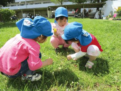 芝生の上で遊ぶ子供達